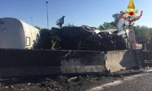 Incidente a Milano: autocisterna con gasolio si ribalta tra Baranzate e Fiera