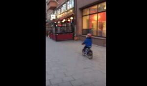 YOUTUBE Bimbo in bici vede pubblicità a luci rosse: ecco come va a finire