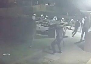 YOUTUBE Banda aggredisce ragazzo con un machete davanti a un pub