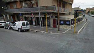 Roma, entra nel bar e spara al titolare: bloccato da 2 clienti