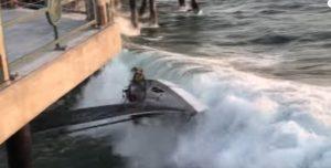Vento troppo forte, barca finisce contro la banchina
