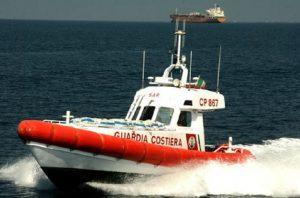 Rimini, barca su scogli per maltempo: 5 dispersi