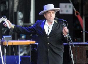 """Bob Dylan ritira il premio Nobel: cerimonia riservata e """"sembrava contento"""""""