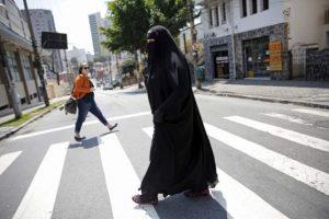 Napoli, dice no al burqa: il marito la prende a calci e pugni