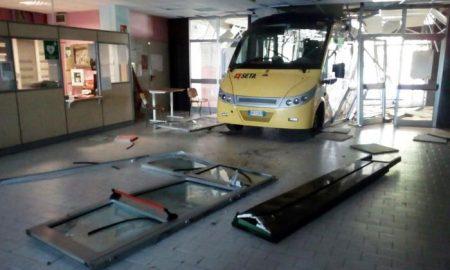 Uno dei due bus che si sono schiantati nella notte contro la scuola 'Meucci' di Carpi (Modena), in quel momento ovviamente chiusa. Un bus ha sfondato il cancello esterno, l'altro è invece finito contro l'ingresso principale, creando danni ingenti (FOto Ansa)