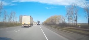 YOUTUBE Camion invade la corsia opposta: il conducente si era addormentato