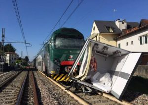 Varese, camion bloccato sui binari travolto dal trenoVarese, camion bloccato sui binari travolto dal treno