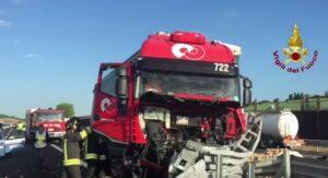 YOUTUBE Camion contro guardrail: carico di patate finisce in strada