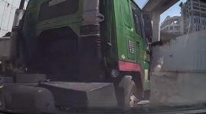 Singapore, il camion sterza all'improvviso