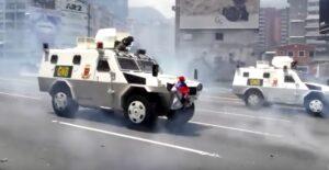 YOUTUBE Venezuela |  Caracas come Tienammen |  donna blocca da sola il blindato