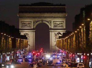 """Parigi, spari con kalashnikov sugli Champs Elysées: un poliziotti ucciso. """"E' terrorismo"""" FOTO-VIDEO"""