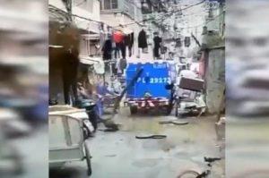 YOUTUBE Cina, esplode tombino: uomini travolti dalle feci