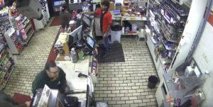 YOUTUBE Carta di credito non funziona: impazzisce e distrugge negozio