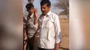 Posa con cobra e viene morso: turista indiano muore poco dopo