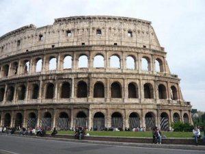 Colosseo, turista incide nome della moglie e della figlia su un pilastro: denunciato