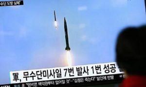 Corea del Nord, lanciato un missile a medio raggio nel mar del Giappone (foto Ansa)