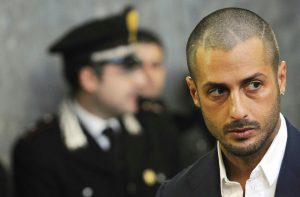 Fabrizio Corona furioso in tribunale: urla in faccia al fidanzato di Nina Moric