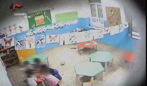 Calci e minacce di morte a bimbi di 3 anni: sospese due maestre a Crotone