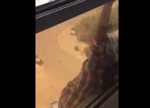 YOUTUBE Domestica aggrappata al settimo piano, lei la lascia cadere per fare il VIDEO