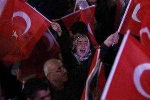 Turchia, sostenitori di Erdogan dopo la vittoria al referendum (Ansa)