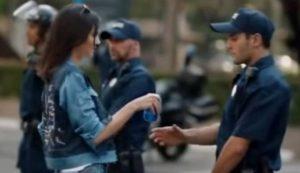 YOUTUBE Kendall Jenner offre una bibita al poliziotto, la Pepsi ritira lo spot