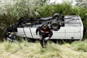 Comacchio, si ribalta un pullman di turisti: 21 feriti