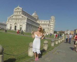 Pisa, la star di film per adulti gira senza vestiti tra Duomo e Torre pendente FOTO