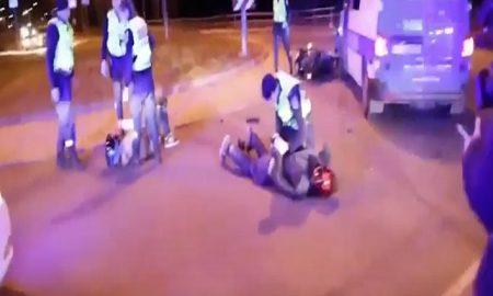 Moto corre a 100 km/h in città e fugge all'alt: auto polizia la sperona