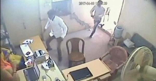 India, due dipendenti della banca mettono in fuga rapinatori armati44
