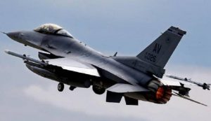 Aviano: avaria al motore, atterraggio di emergenza per un F16 Usa (foto Ansa)