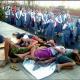 Suore indifferenti passano accanto ai bambini che dormono in strada a Manila