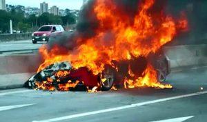 Ferrari in fiamme sull'autostrada A10: conducente si salva accostando