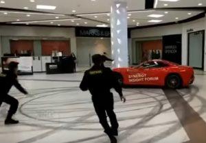 YOUTUBE Ferrari nel centro commerciale, la folle corsa dell'ex sindaco russo