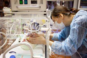 Tumore sul cuore del feto, lo asportano nella pancia della mamma