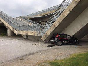 Fossano, crolla rampa del viadotto sulla tangenziale: distrutta auto dei carabinieri