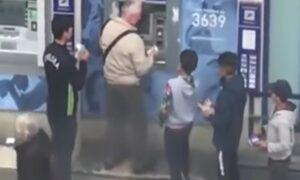 YOUTUBE Parigi: banda di ragazzini circonda il pensionato al bancomat e...