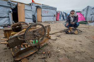 Francia, incendio nel Grande-Synthe: distrutto oltre la metà del campo rifugiati