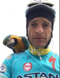 Michele Scarponi si allenava col pappagallo Frankje sulla spalla