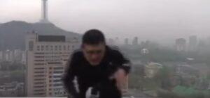 Cina, presentatore meteo in diretta: fulmine colpisce suo ombrello