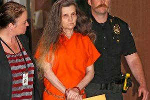 YOUTUBE Usa, nonna travestita da strega terrorizzava e torturava la nipotina
