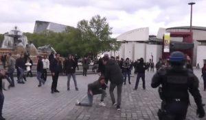 YOUTUBE Gilbert Collard, deputato Front National aggredito a comizio di Marine Le Pen