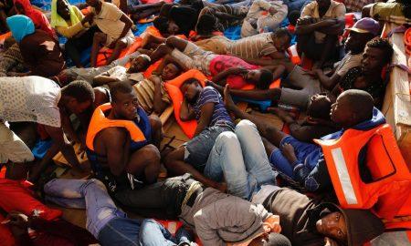 Migranti, la nuova tecnica dei trafficanti: li accompagnano fin sotto le navi Ong
