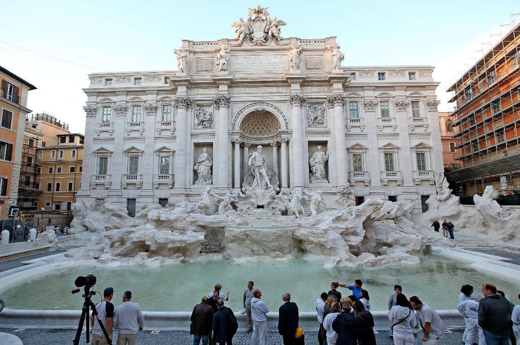 Turista spagnolo fa il bagno nella fontana di Trevi: fermato e multato
