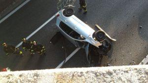 Incidente su autostrada A8 a Olgiate Olona: auto precipita dal cavalcavia