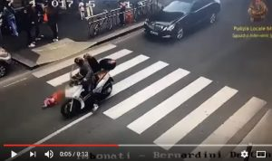 YOUTUBE Milano: investe bimba 4 anni in scooter e scappa. Ed era senza patente