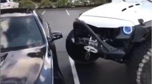 YOUTUBE Auto parcheggiata male? Ci pensa la jeep: ecco come la sposta di forza...