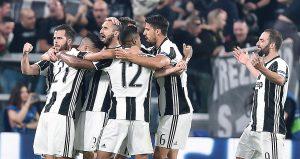I calciatori della Juventus esultano dopo il 3 - 0 al Barcellona (foto Ansa)