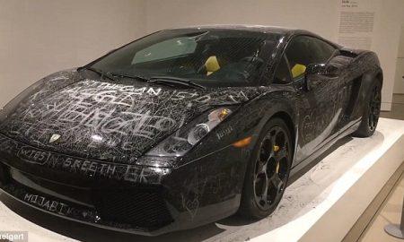 Mostra arte permette di graffiare con chiave Lamborghini Gallardo