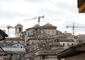 L'Aquila: a 8 anni dal terremoto 11 mila vivono nei container, nessuna scuola è stata ricostruita. E i soldi ci sono...