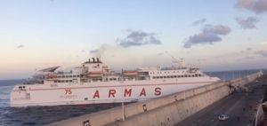 YOUTUBE Traghetto contro il molo del porto di Las Palmas: macchia di inquinamento di 3 km